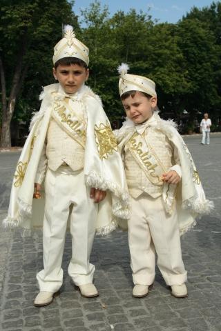 Niños utilizando el traje de circusición en Turquía.